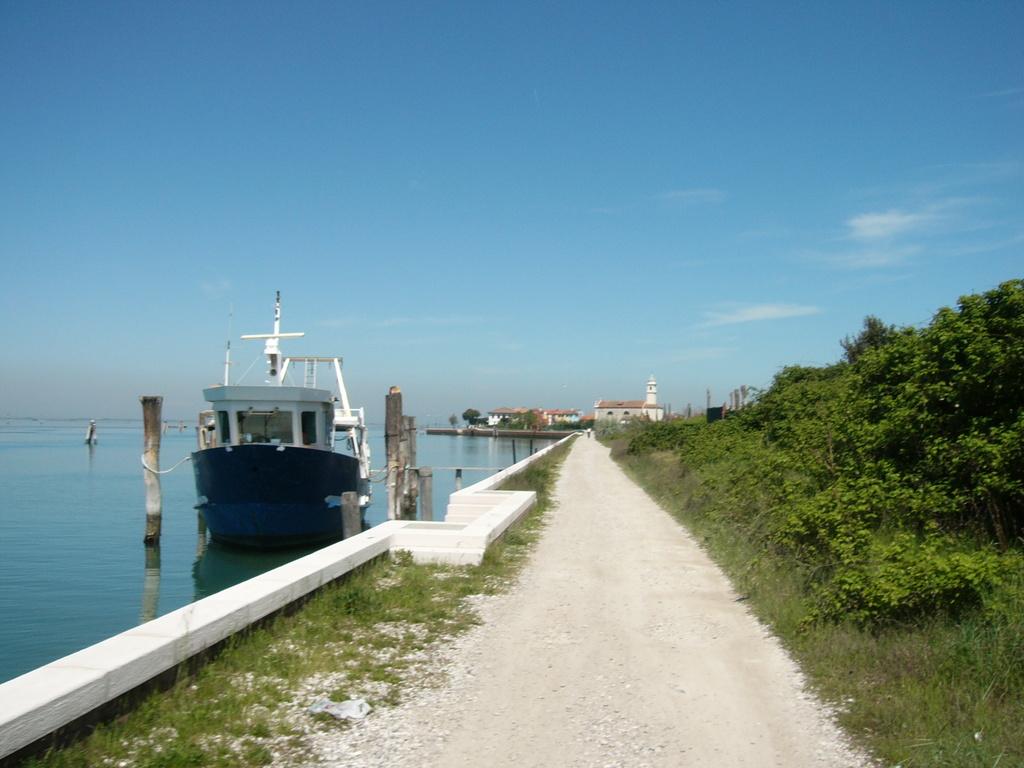 Ciclabile su molo a Pellestrina lato Laguna verso santa Maria del Mare
