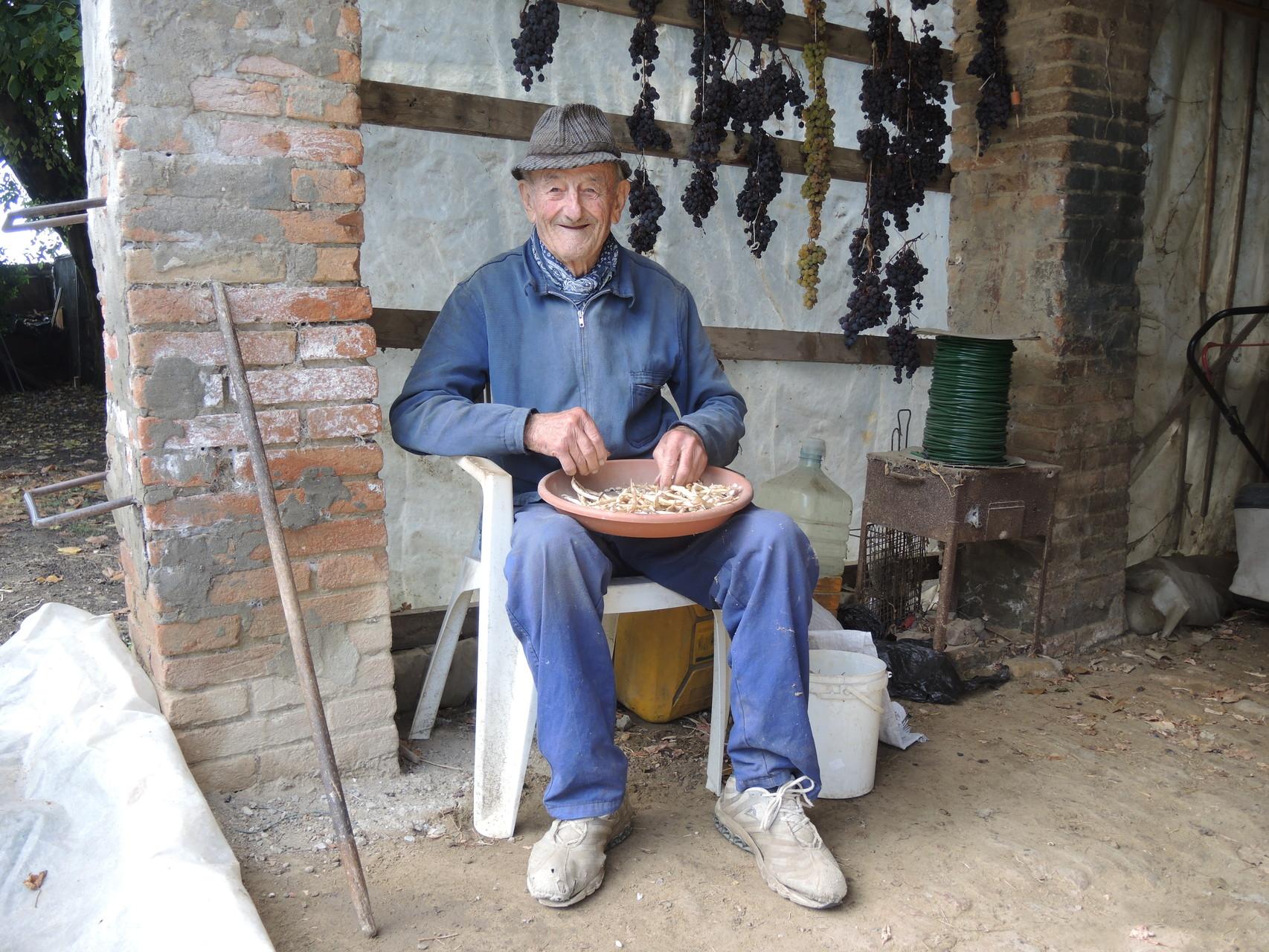 Questo è il Sig. Longanesi, ormai ultranovantenne a cui si deve il salvataggio del vitigno che porta ilo suo nome, la cui famiglia aveva il soprannome di Burson