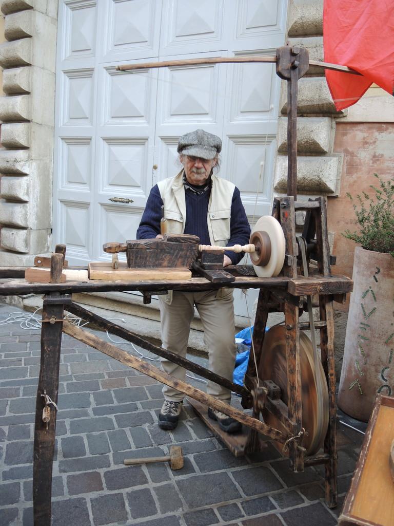 Tornitore artigianale all'opera in Via Mazzini