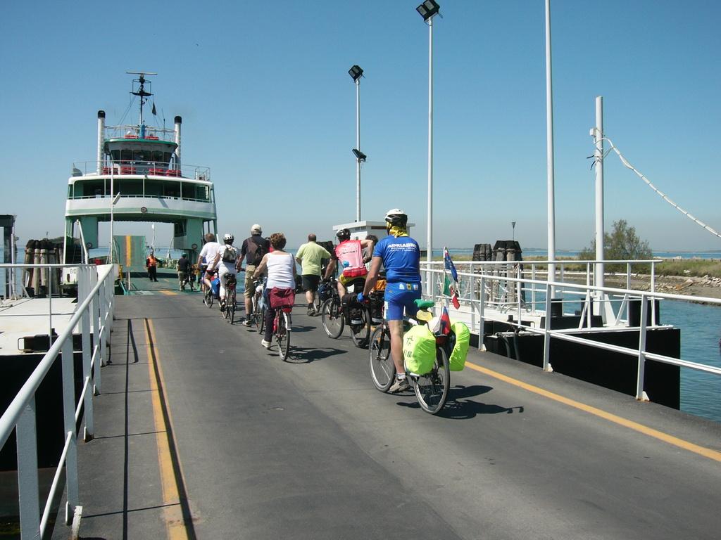 Imbarco sul pontone tra Pellestrina e Lido di Venezia