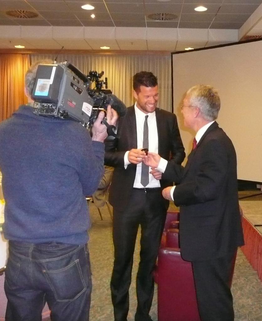 Hanns Ostermannn, 1. Vorsitzender des VDS BB, gratuliert Ex-Nationalspieler Michael Ballack zur Auszeichnung mit dem Goldenen Band