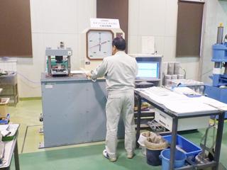 セメントミルクの圧縮強度試験