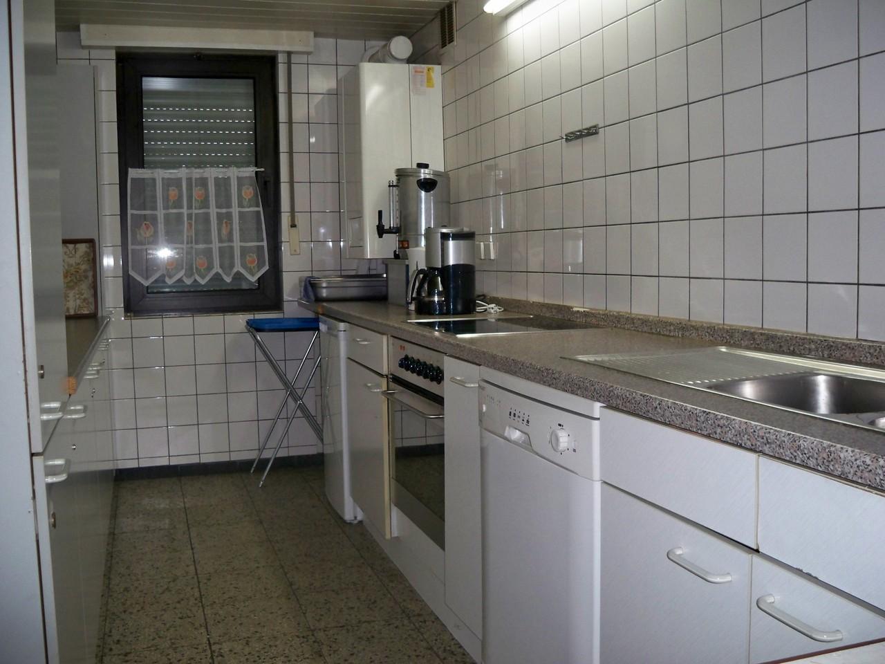 Küche komplett mit Herd, Spühlmaschine, Kaffeemaschine, Geschirr