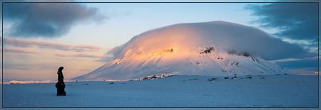 Lava sculpure in front of Herðubreið (herdubreid, odadahraun, ódáðahraun, bræðrafell, braedrafell, kollóttadyngja, winter, askja, crater, flatadyngja, eggert, öskjuvegur, lava, herðubreiðartögl, herdubreidartögl)