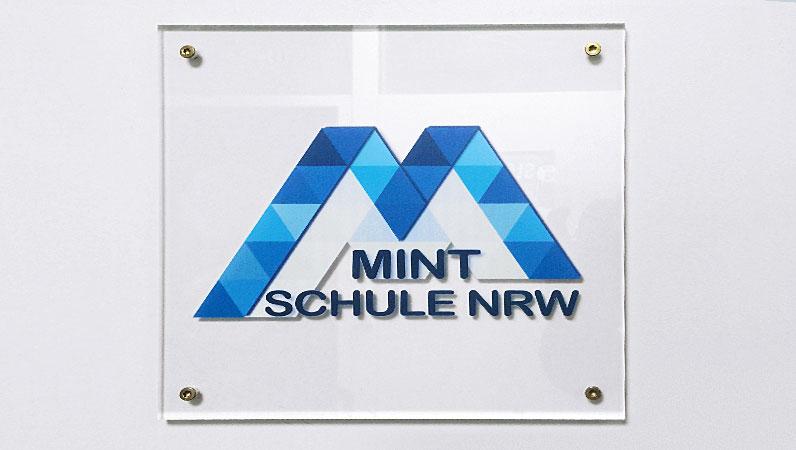 ... und das neue Schild vor dem Sekretariat.