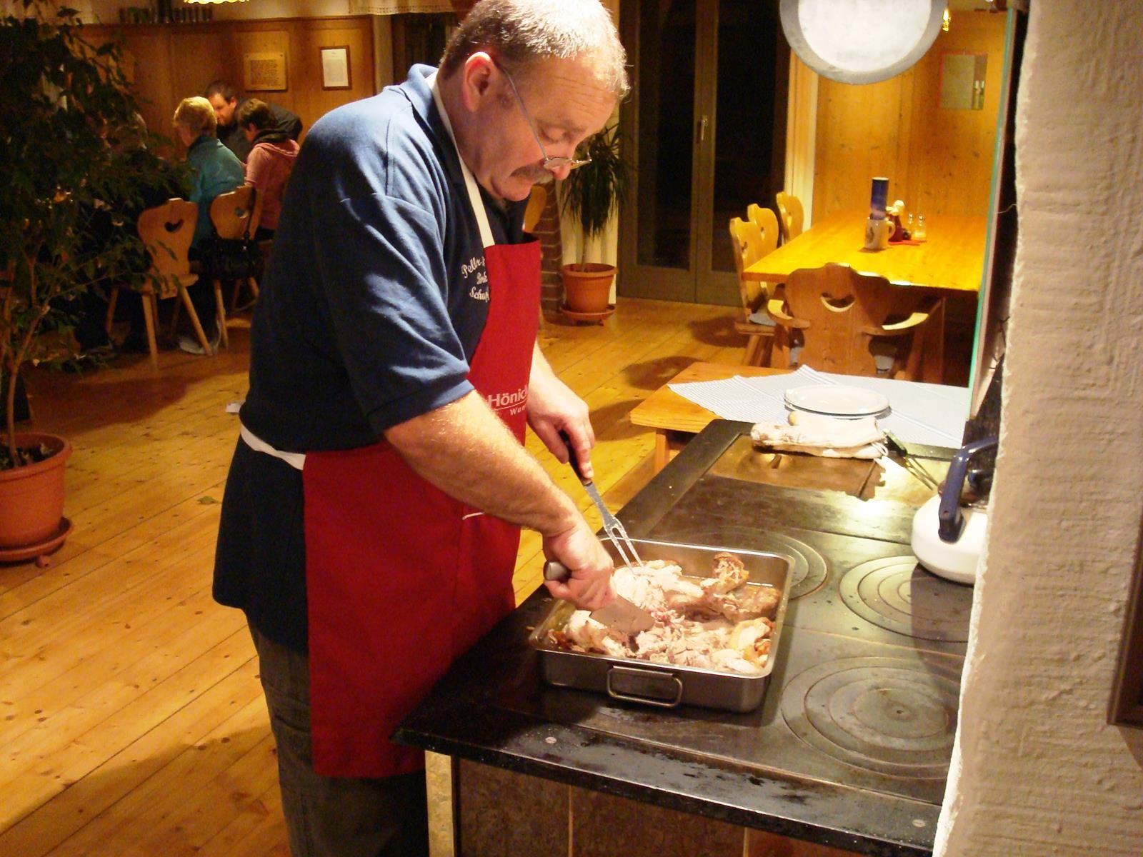 Robert Peller beim Schneiden des Schweineschlegels