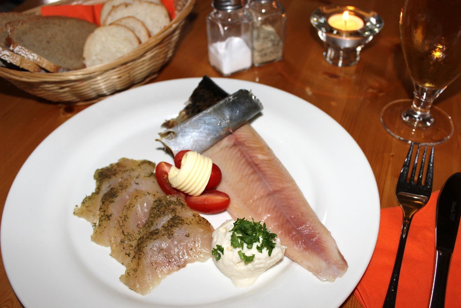 Geräucherte und gebeizte Forelle mit Weißbrot und Meerrettich