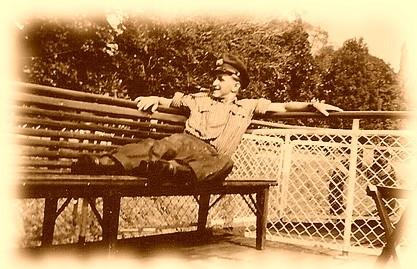 Alfred van Grodzek - auf einer Bank auf dem Deich pausierend - schaut von Alt-Homberg aus auf die Mühlenweide in Ruhrort
