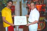 Sifu Sergio erhält die Meisterurkunde im Siu Lam Wing Tjun von GM Cheng Kwong