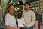 Sifu Sergio erhält die Urkunde über das Meistern der Saam Bai Fat Form von GM Cheng Kwong