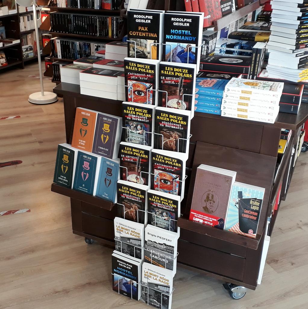 Présentoir à Ouistreham - Librairie des Vagues et des mots