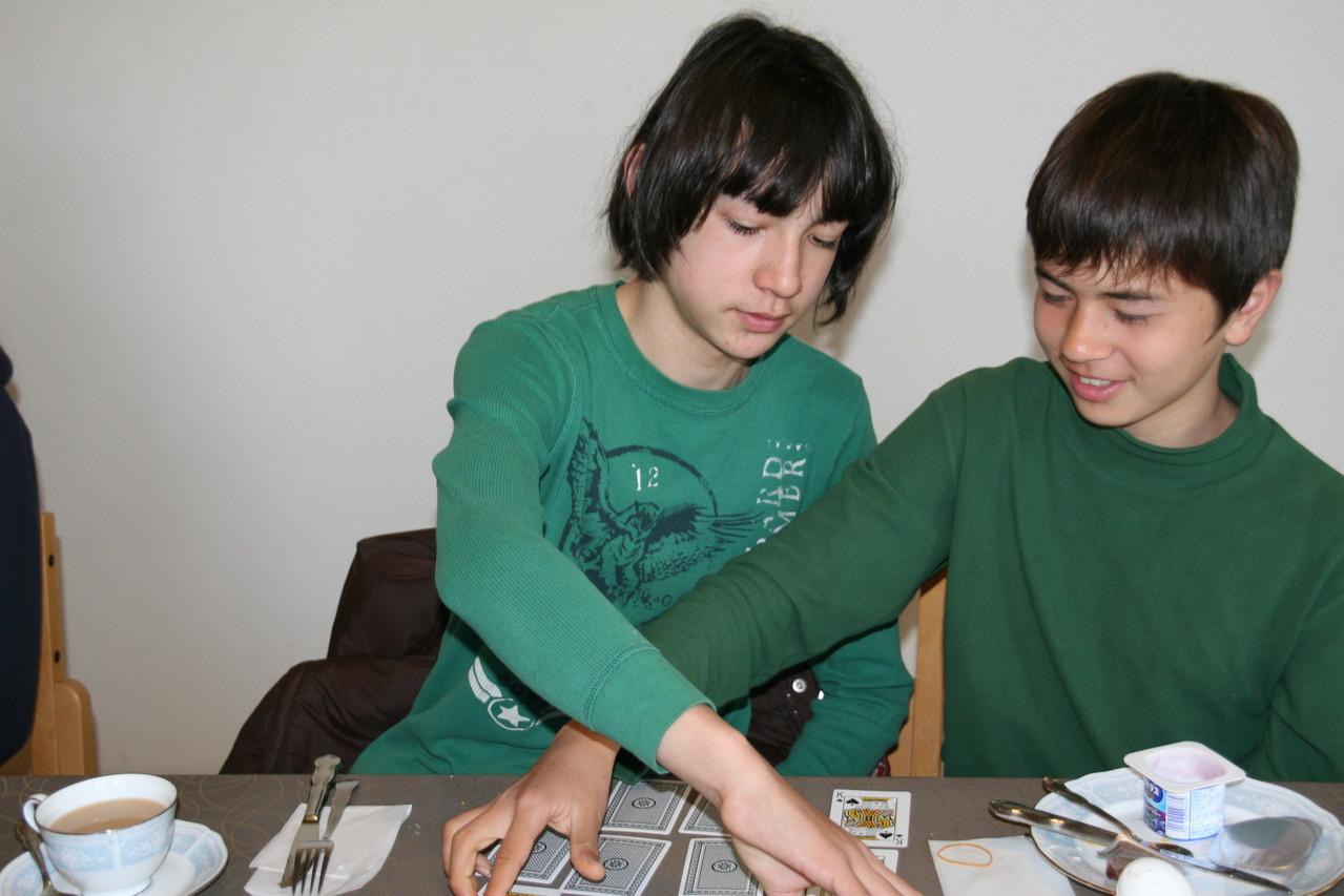 Kartenspiel am Frühstückstisch