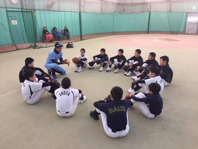 第5回 網走中央病院野球教室(写真5)指導する宇佐美氏と話しを聞く児童