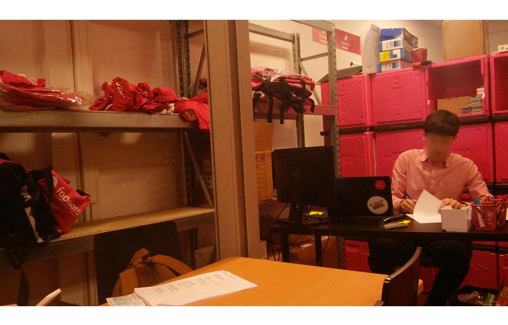 Les entretiens de recrutement pour Foodora ont lieu entre des piles d'équipements de coursiers.