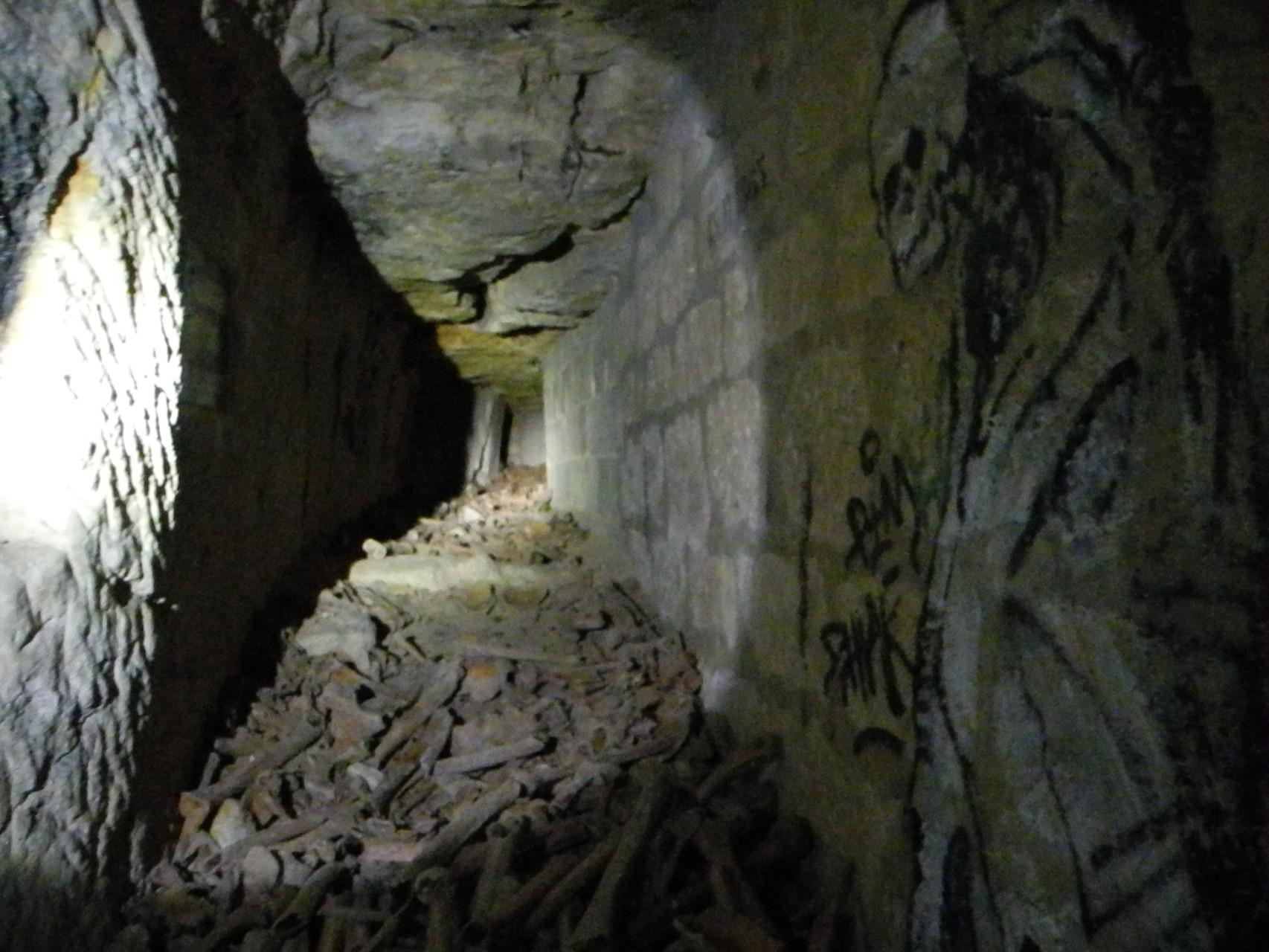 Les catacombes ont servi à reccueillir les ossements de cimetières