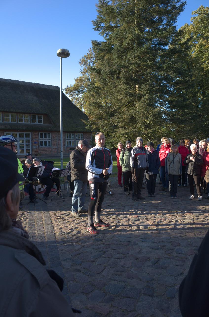 Eröffnung des Volkswandertages in Neukloster durch Bürgermeister Meier am 11.10.2015