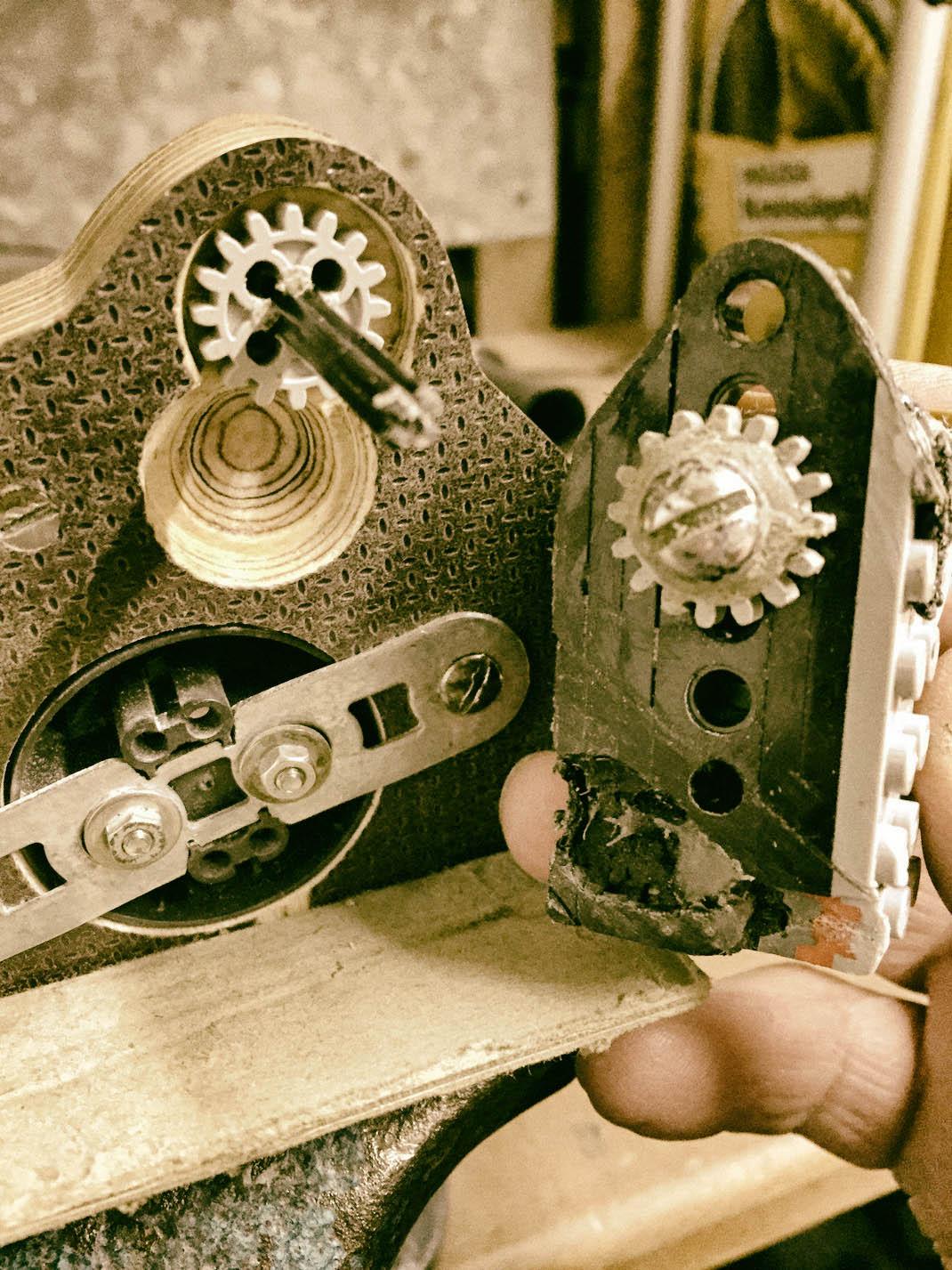 Das SchalterGetriebe zeigt auf das Oberteil der Lampe, in das es einrastet.
