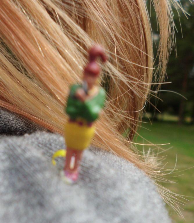 Kleine Frau am Ohr