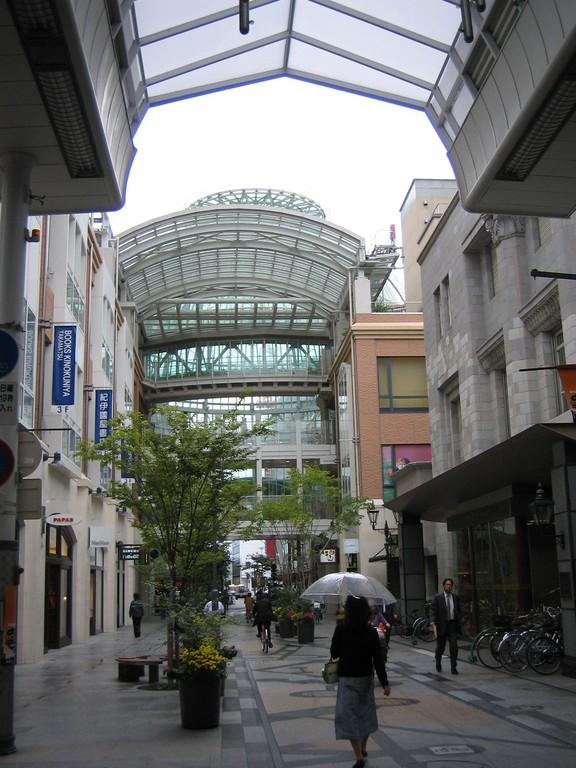 高松丸亀商店街フィールドワークと構想研究・・・・・高松丸亀商店街フィールドワークと構想研究 限界商店街に、未来はあるのか。3つの戦略ポイント ① マーチャントスピリットの復活、再生 ② タウンビジネスモデルの創出 ③ ソーシャルマネジメントへの挑戦 これらが、商店街創造の大きな挑戦課題となろう。