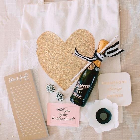 Bild: Geschenkideen für Trauzeugin und Brautjungfern, gefunden auf Partystories.de, die Willst-Du-meine-Trauzeugin-Brautjungfer-sein Box oder Tasche von Stylemepretty