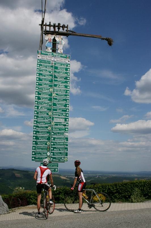 Die ca. 5m hohe Hinweistafel zu den touristischen Betriebe ist ein fixer Bestandteil des Kitzecker Ortsbildes.