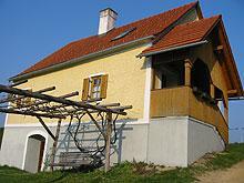 Das Winzerhaus wurde zu einem Ferienhaus umgebaut. Das Ganze ist sehr urig gestaltet, da die alte Presse renoviert wurde und diese nun als Essbereich verwendet wird.