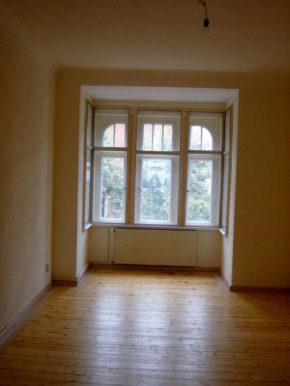 Wohnungssanierung Wände mit Silikatanstrich, aufgearbeitete Dielung gewachst