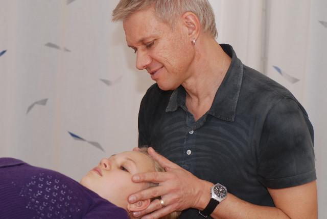 Behandlung am Schädel
