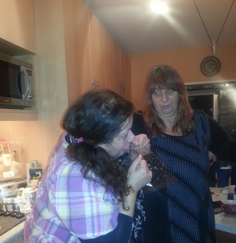Alex probiert die hübschen Kekstüten schon mal als Kotztüten aus und Ela staunt Backsteine (lach)