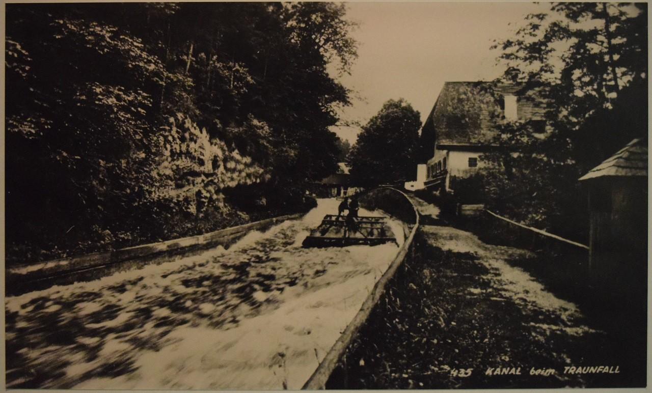 """Foto vom """"Fahrbaren Fall"""" mit durchfahrendem Baumfloß um 1900 - Schiffahtsmuseum Grein"""