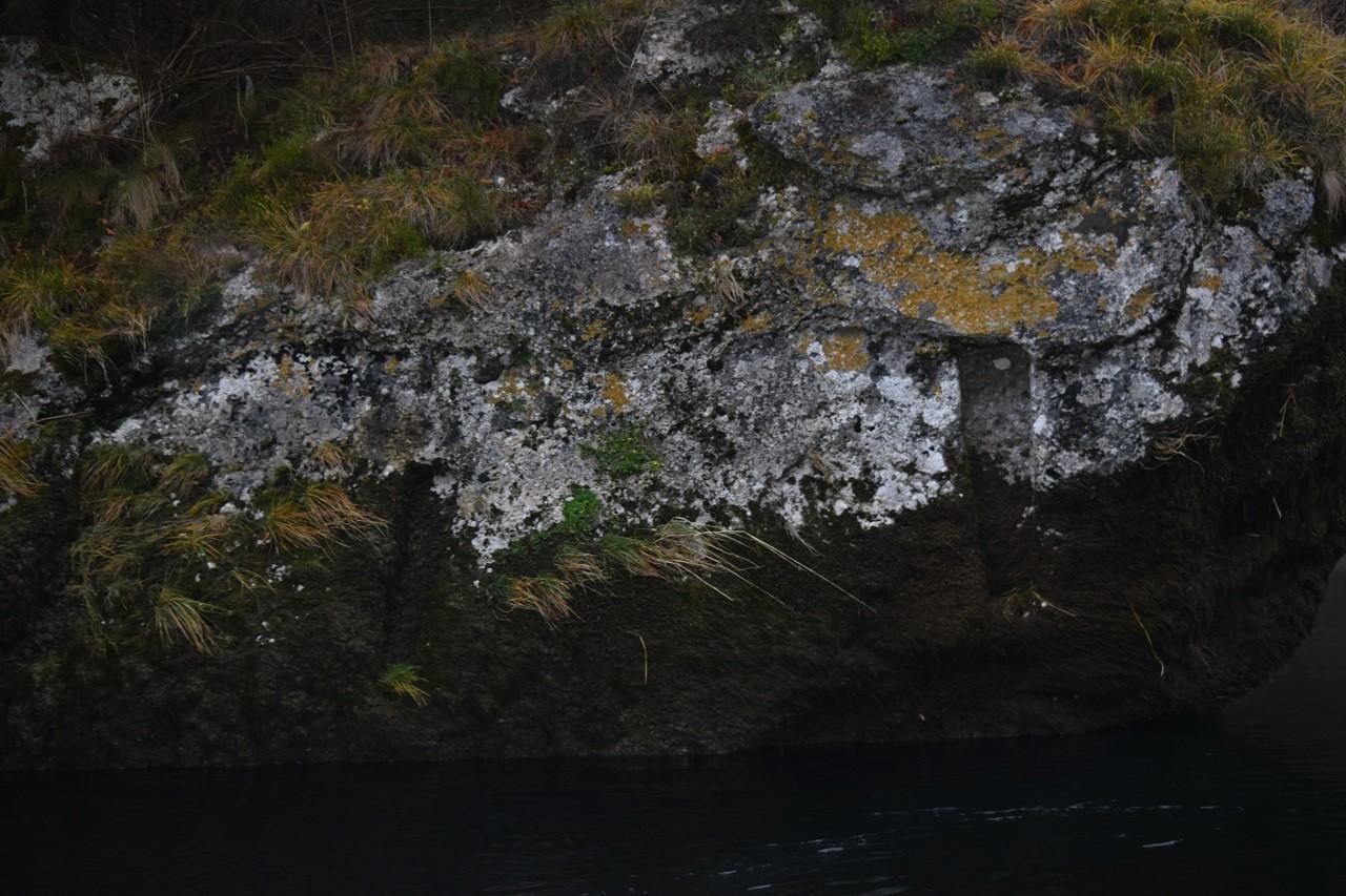 Einkerbungen im Felsen zur Verankerung von einem Leitwerk aus Holz.