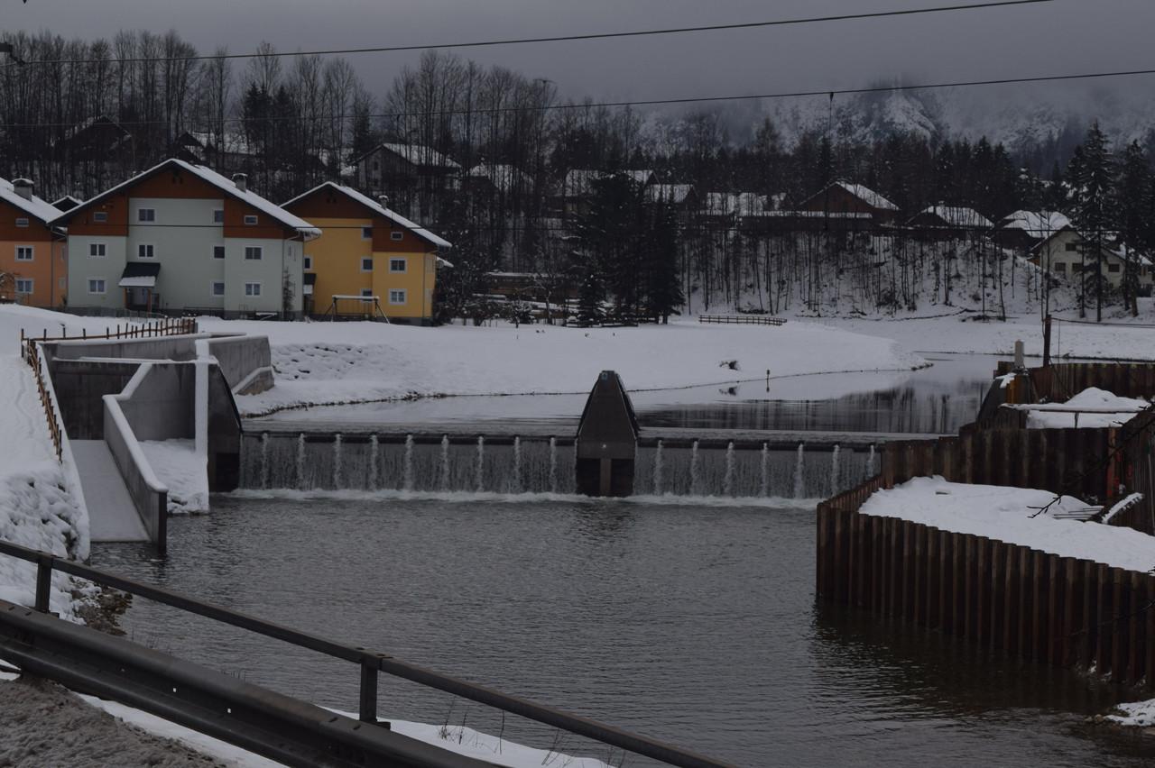 Neues Kraftwerk Goisern mit Fischaufstieg (links). Probebetrieb ab Winter 2016/17