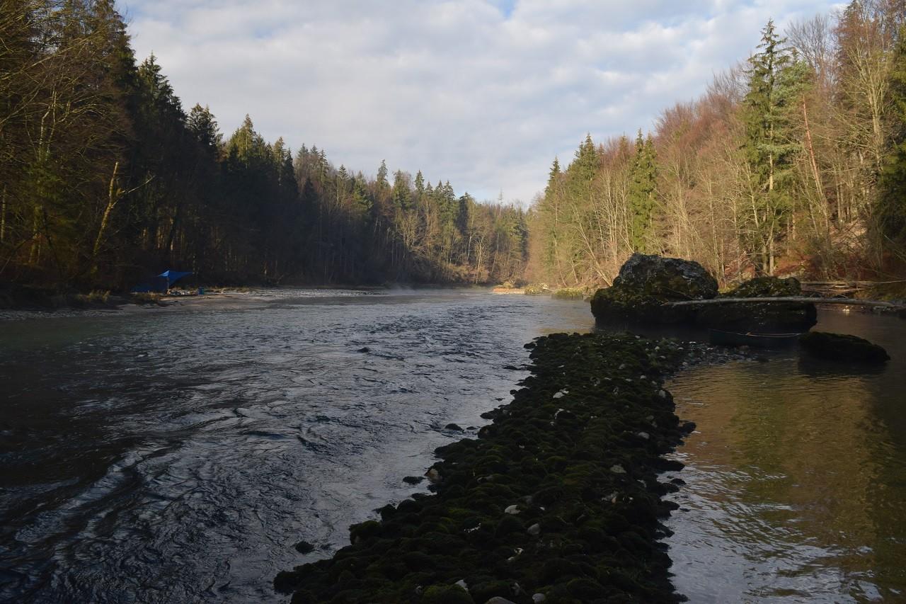 Leitwerk aus Steinen zur Erhöhung der Wassertiefe in der Fahrrinne