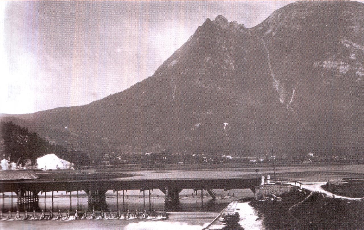 Die Steegbrücke 1877 mit darunterliegender Klause und vorgelagertem Polster. Rechts der Klausdurchlass für die Salzschiffe - © Severin Schenner