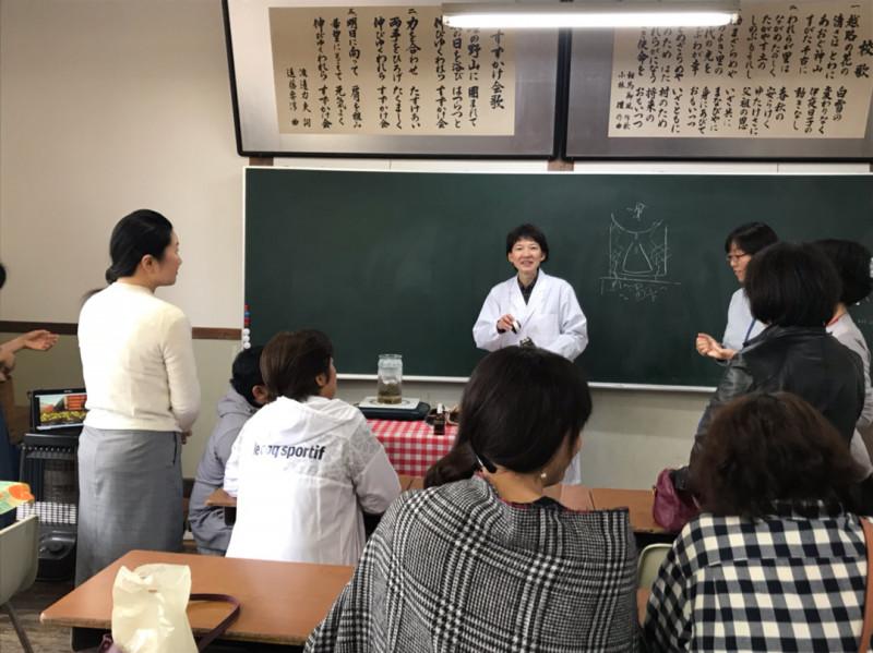 教卓と黒板の前に立つと、教育実習を思い出します。実験をかぶりつきで見ていただくのって、うれしい!