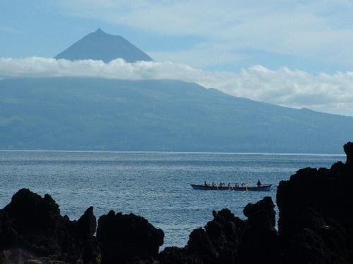 Le Pico dans les nuages vu de Sao Jorge
