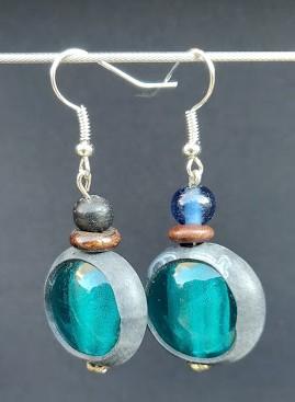 Boucles d'oreilles en perles de récup bleues et chambre à air de vélo