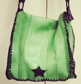 prototype d'une sacoche originale en chambre à air en latex vert, doublure noire, étoile décorative et coutures extérieures faites avec un lien en chambre à air