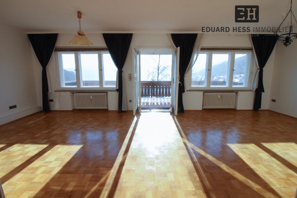 EG: lichtdurchflutetes Wohnzimmer