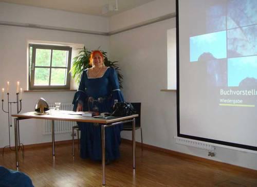 Gabrielle C. J. Couillez beim Vortrag zur Hintergrundgeschichte ihres Romans über den Katharer-Kreuzzug