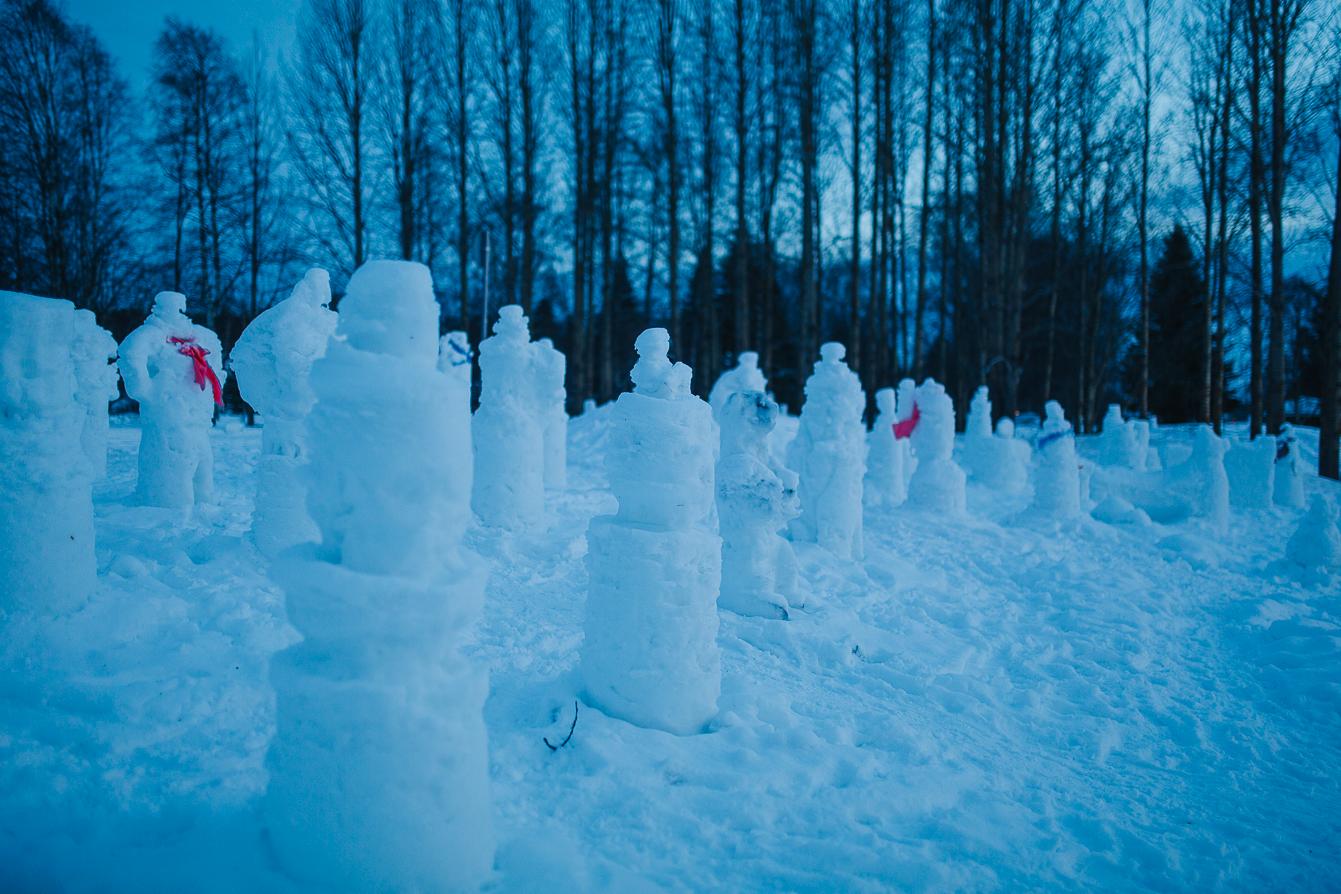 Die stillen Zuschauer: Fantasievolle Schneeskulpturen