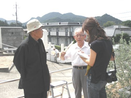 報道陣にインタビューを受けている長崎被爆者の方