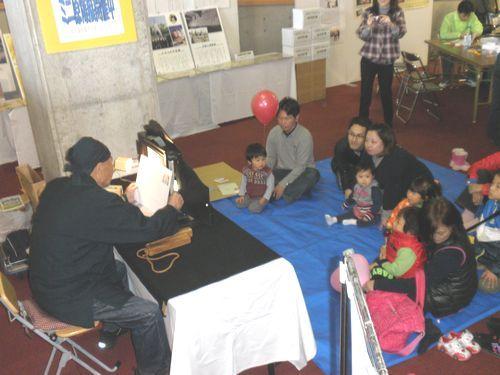 紙芝居を熱心に観賞している子供たち