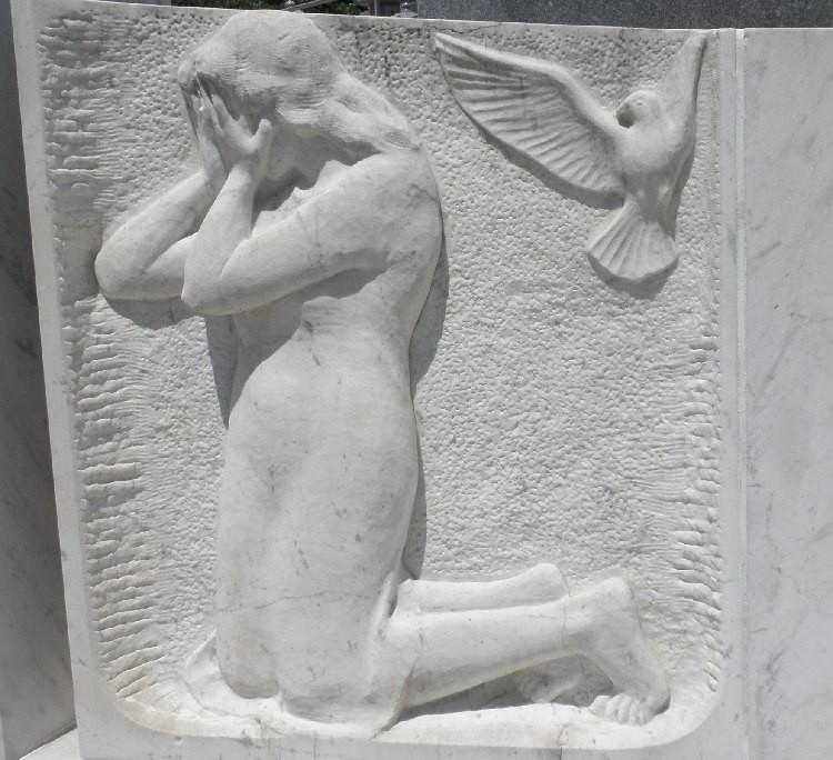 12.なげきの母の像