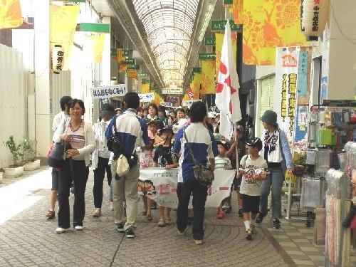 商店街での行進風景1