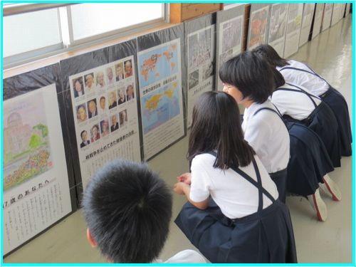 原爆ポスターを観て学んでいる生徒さんたち