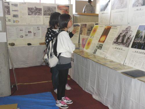 原爆資料を熱心に見ている子供たち