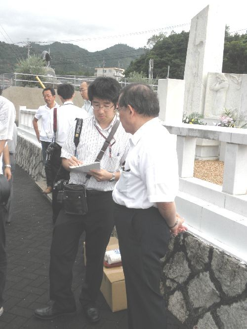 報道陣にインタビューを受けている岩本理事長