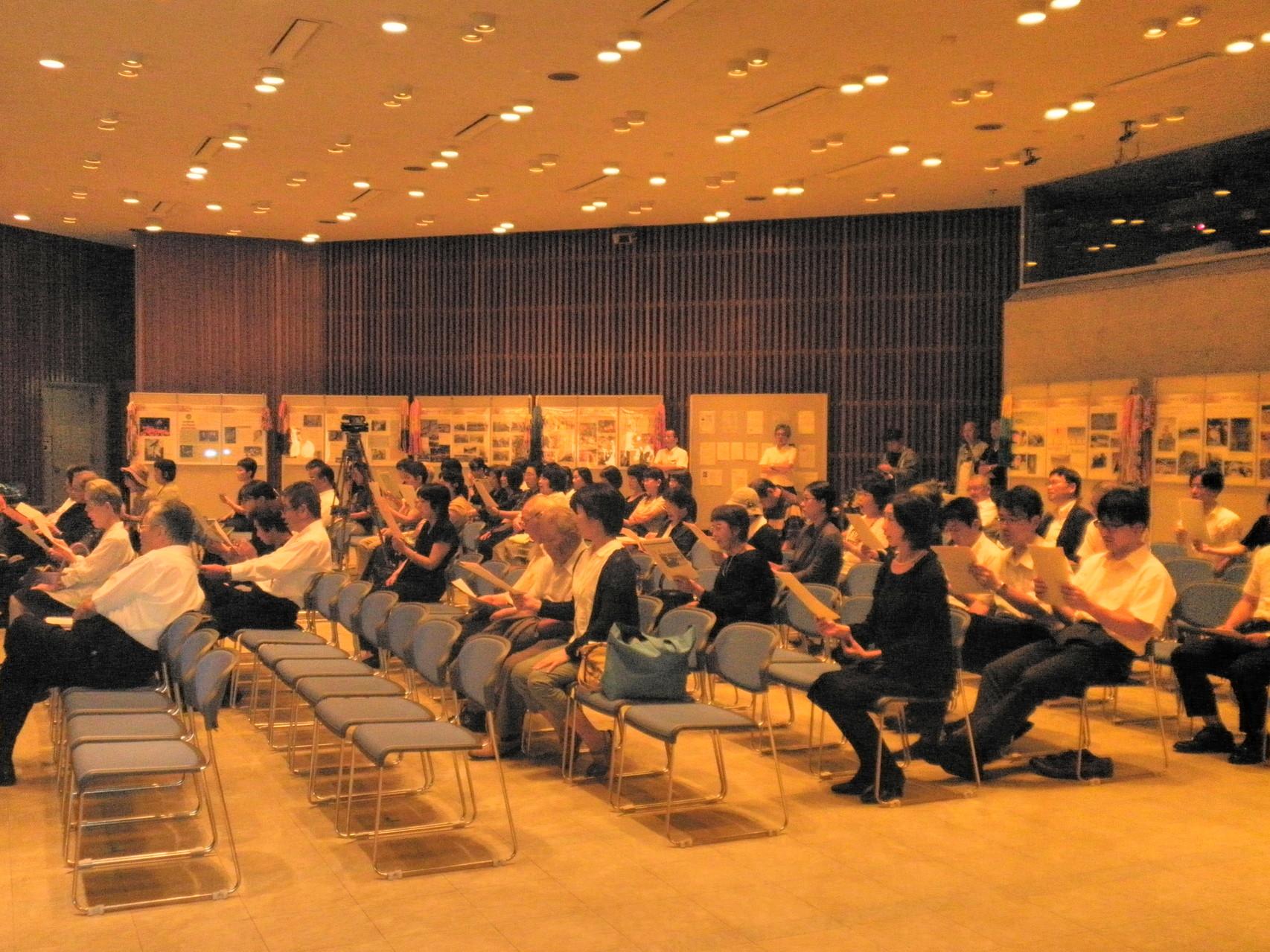 会場全員で 「ひろしま平和の歌」 ソリスト 大島 久美子さんと一緒に熱唱 (ピアノ伴奏:森須 奏絵さん)