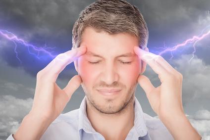 Mann hält sich Kopf, Mann hält sich Ohren, Kopfschmerzen, Blitze im Kopf, Stress im Kopf